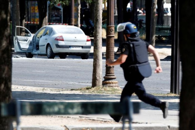 Chiếc xe chở đầy vũ khí lao về phía xe cảnh sát. (Ảnh: Reuters)