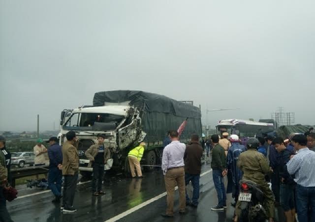 Hai tài xế trong xe ô tô khách bị mắc kẹt trong ca bin và bị thương nặng phải đi cấp cứu tại bệnh viện. Rất may, 15 người trên xe khách đều an toàn. (Ảnh T.P)