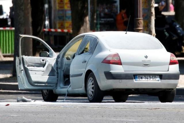 Trong xe phát hiện nhiều súng ngắn và chất nổ. (Ảnh: Reuters)