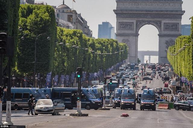 Cảnh sát phong tỏa một đoạn đường dài trên đại lộ sau vụ việc. (Ảnh: EPA)