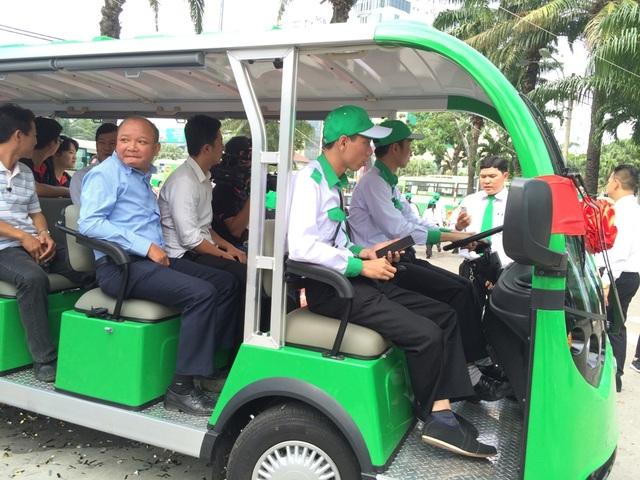 Những hành khách đầu tiên trải nghiệm tuyến xe buýt điện Thảo cầm viên - công viên 23/9 (quận 1)