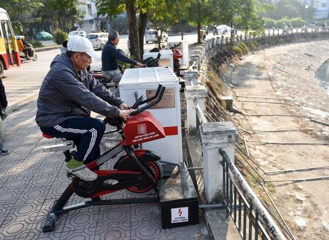 Với sự xuất hiện của những công cụ thể dục mới mẻ, khá nhiều người dân đã hào hứng thử nghiệm. 6 chiếc xe đạp thể dục được kết hợp với 2 thùng lọc nước, dùng sức đạp của người tập thể dục để bơm hút nước hồ qua hệ thống lọc.