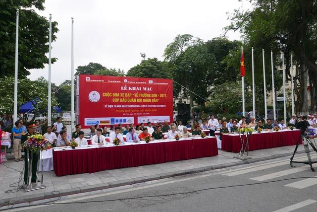 """Lễ khai mạc Cuộc đua xe đạp """"Về Trường Sơn-2017, Cúp Báo Quân đội nhân dân"""" diễn ra sáng 15/7 tại khu vực Tượng đài Lý Thái Tổ."""