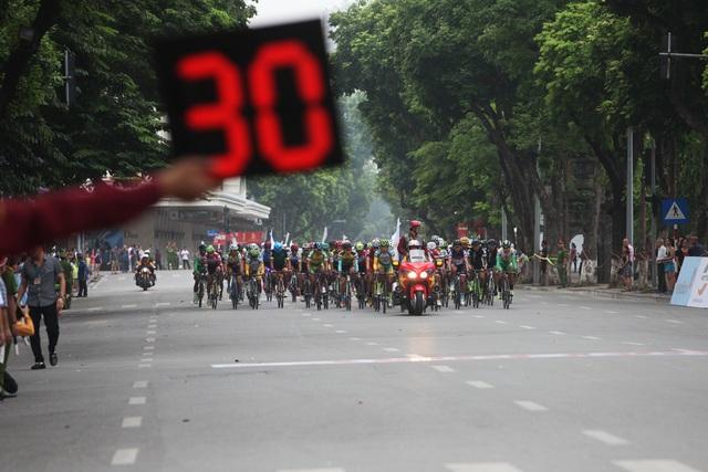 Chặng đua đầu tiên quanh hồ Hoàn Kiếm chính thức bắt đầu.