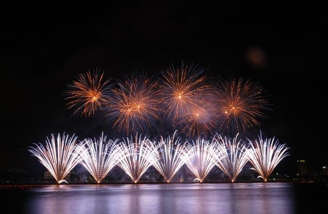 So với phía đường Bạch Đằng, người dân và du khách có thưởng thưởng thức các màn trình diễn pháo hoa trọn vẹn hơn từ đường Trần Hưng Đạo