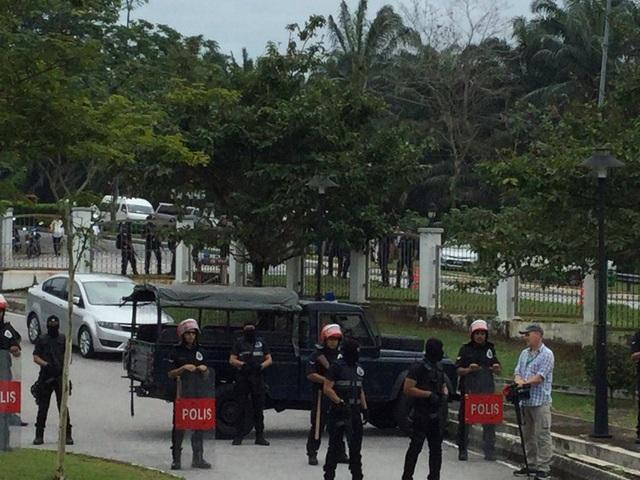Cảnh sát bảo vệ phiên tòa sáng ngày 1/3 (Ảnh: Twitter)