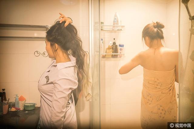 Hai cô gái sống với nhau khá hòa hợp như những người bạn cũ. Trong khi UU tắm thì Xiao Ying đứng chải đầu trong cùng phòng tắm. (Ảnh: VCG)