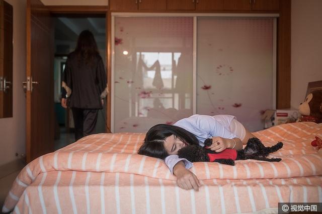 Vào lúc 7 giờ sáng, UU dậy chuẩn bị bữa sáng, trong khi Xiao Ying vẫn nằm trên giường. (Ảnh: VCG)