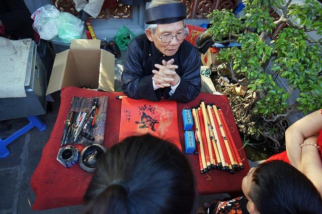 Mướt mồ hôi chen chân lễ đền Ngọc Sơn đầu năm mới - Ảnh 8.