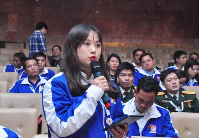 Đại biểu Nguyễn Phương Ngọc - bí thư đoàn trường Nguyễn Bỉnh Khiêm (Hà Nội) tại diễn đàn đối thoại với Bộ trưởng Văn hóa - Thể thao và Du lịch.