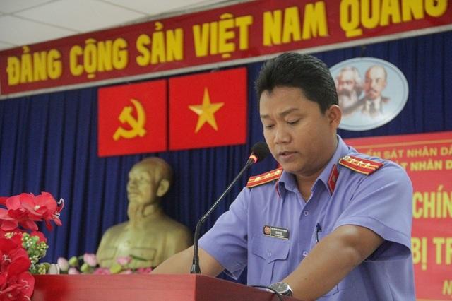 Ông Danh Huệ, Phó Viện trưởng Viện KSND TP Biên Hoà, xin lỗi ông Phú.