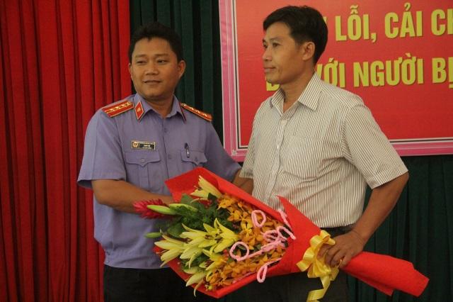 Đại diện Viện KSND Biên Hòa tặng hoa cho người bị oan sai.