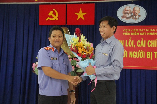 Đại diện Viện KSND TP Biên Hòa tặng hoa xin lỗi ông Phú.