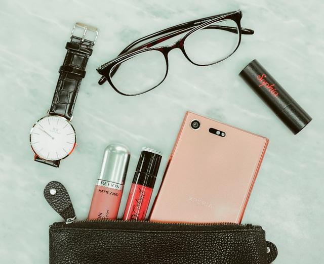 Đi kèm với Xperia XZ Premium Bronze Pink là tai nghe stereo STH32 cùng màu tạo thành bộ đôi hoàn hảo cho các cô nàng sành điệu