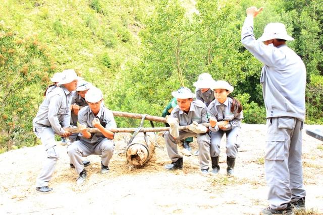 Đội phản ứng nhanh thuộc Dự án Giảm thiểu nguy cơ bom mìn tại Thừa Thiên Huế tiến hành di dời 1 trong 2 quả bom đến khu xử lý bom an toàn (ảnh: Dự án Giảm thiểu nguy cơ bom mìn tại Thừa Thiên Huế cung cấp)