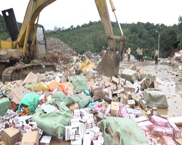 Số hàng hóa vi phạm trị giá gần 5 tỷ đồng được lực lượng chức năng tổ chức chôn lấp tại bãi rác Tân Lang