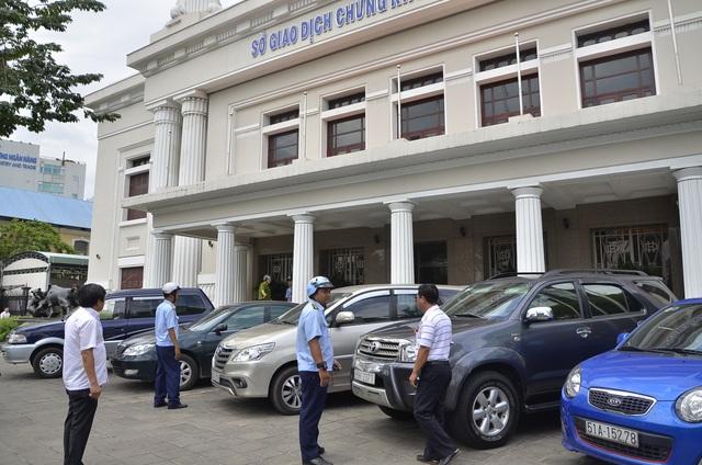 Hàng loạt xe ô tô đậu trái phép trên đường Võ Văn Kiệt bị xử lý