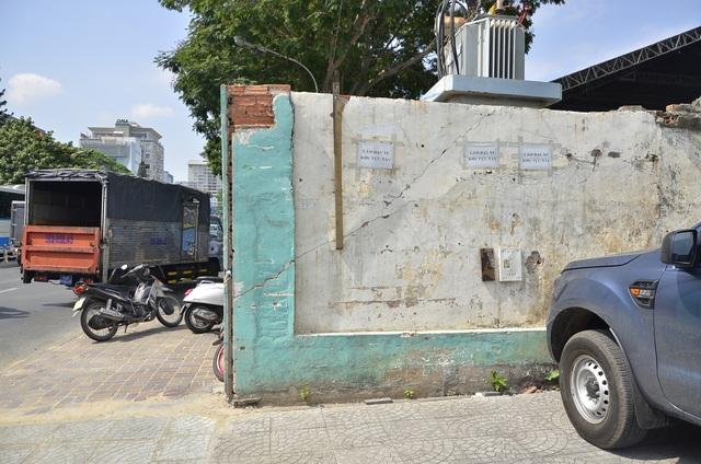 Bức tường trước tòa nhà cơ quan đại diện Bộ Công Thương ở TPHCM lấn chiếm vỉa hè của người đi bộ