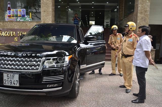 Lực lượng chức năng tiếp tục ra quân xử lý tình trạng xe ô tô đậu trái phép trên vỉa hè