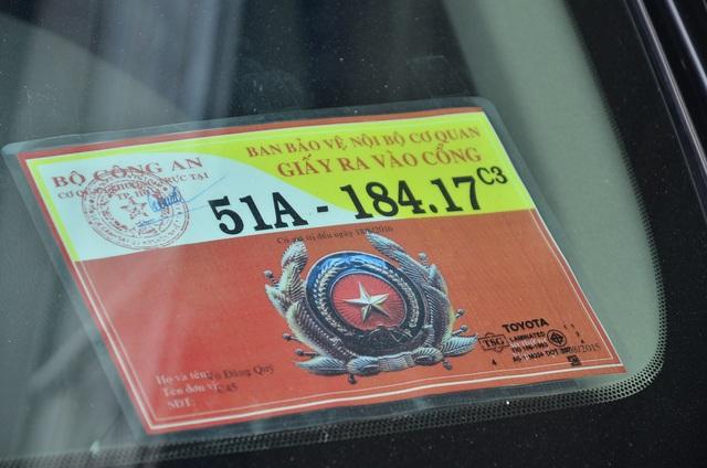 Chiếc ô tô có dán logo của Bộ Công an nhưng đã hết hạn cũng bị niêm phong kéo đi.