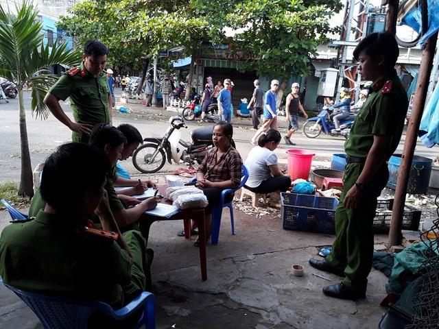 Cơ quan chức năng làm việc với hộ bà Trần Thị Thùy Liên (ảnh Phòng cảnh sát môi trường Đà Nẵng)