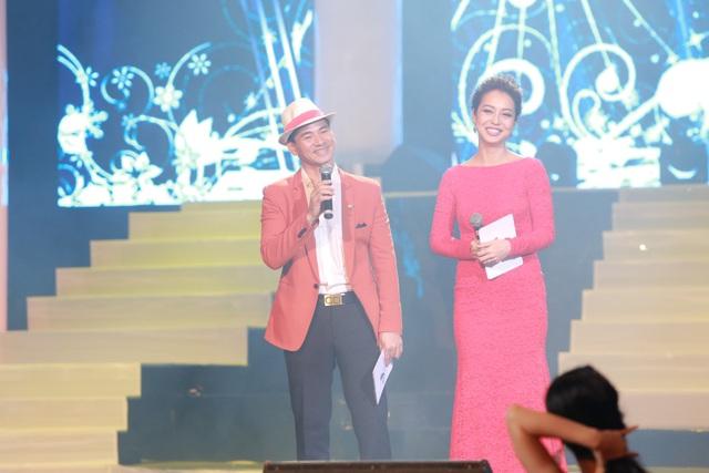 Xuân Bắc và Jennifer Phạm cười ngoặt nghẽo khi bị diva Hồng Nhung trêu chọc.