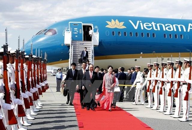 Lễ đón Thủ tướng Nguyễn Xuân Phúc và Phu nhân tại sân bay quốc tế Haneda ở thủ đô Tokyo. (Ảnh: Thống Nhất/TTXVN)