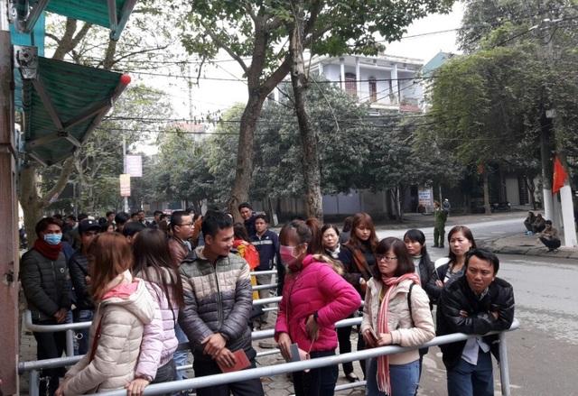Người dân xếp hàng vào làm thủ tục cấp đổi hộ chiếu, giấy thông hành sau Tết Nguyên đán Đinh Dậu.