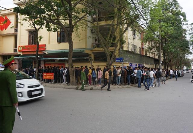 Người dân xếp hàng từ đường Trần Quang Diệu sang đường Đào Duy Tự để đợi làm thủ tục cấp hộ chiếu, giấy thông hành vào sáng ngày 6/2.