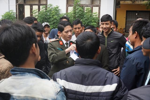 Sau 3 ngày làm việc, những người đầu tiên được cấp giấy thông hành sang Lào làm việc. Năm nay, thời gian hoàn thiện thủ tục đề nghị cấp giấy thông hành giảm xuống chỉ còn 30 phút.