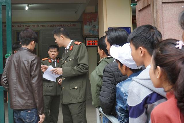 Cán bộ phòng quản lý xuất nhập cảnh hướng dẫn người dân làm thủ tục ngay từ cổng.