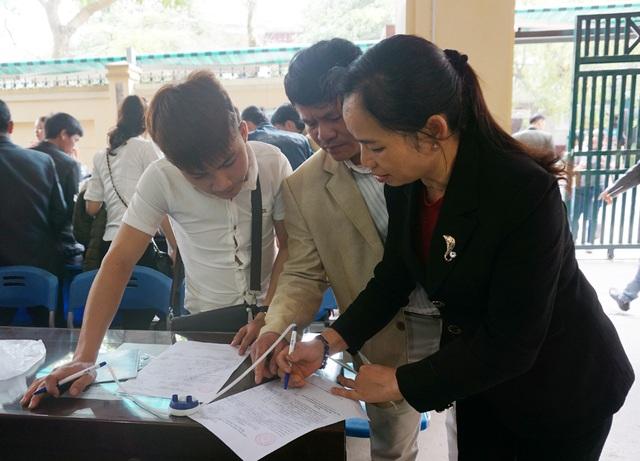Người dân ghi tờ khai đề nghị cấp hộ chiếu.