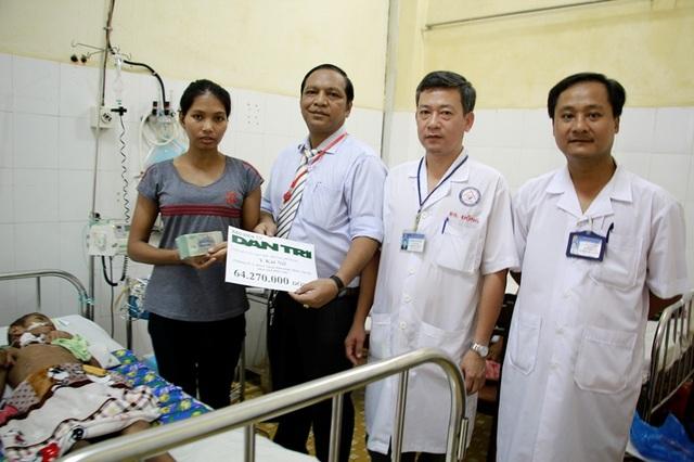 Bác sĩ Y Bliu Arul – Phó Giám đốc Bệnh viện Đa khoa tỉnh Đắk Lắk cùng các bác sĩ trao số tiền 64.270.000 của báo Dân trí gửi tặng đến bé Y Kát Niê