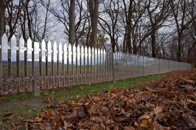 Với thiết kế bề mặt tựa như gương soi, hệ thống hàng rào công viên này, có thể tự động thay đổi diện mạo theo cảnh sắc môi trường.