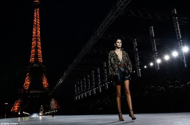 Cô sải bước ngay bên tháp Eiffel nổi tiếng của Paris hoa lệ