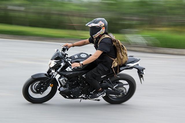 Để có được sự vận hành linh hoạt, Yamaha MT-03 có trục cơ sở chỉ dài 1.380 mm, giúp việc điều khiển và xoay sở tốt hơn trong điều kiện đường xá đông đúc; tuy nhiên, điều này cũng khiến chiếc xe không có được sự ổn định khi vào cua với tốc độ cao.