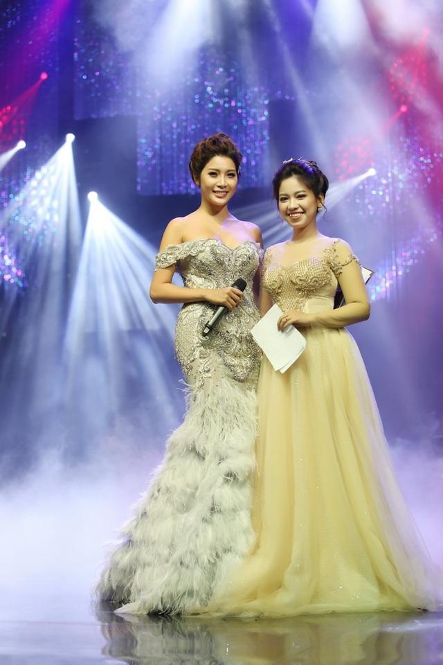 Dẫn chương trình là hai gương mặt duyên dáng, quen thuộc trên sóng truyền hình Á hậu 1 Yanmy và MC Thu Hằng.