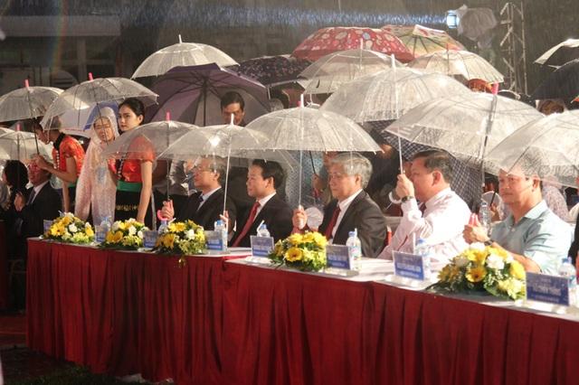 """Dưới trời mưa, lễ khai mạc chương trình """"Lung linh sắc màu Yên Bái"""" diễn ra sôi nổi với sự tham dự của nhiều lãnh đạo cấp cao của Đảng, Nhà nước."""