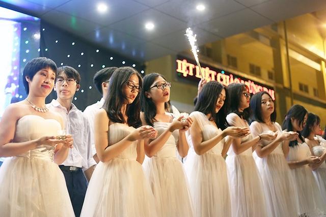 Lễ tri ân và trưởng thành năm học 2016-2017 của trường THPT Yên Hòa với chủ đề Tuổi 18 - Đi để trở về