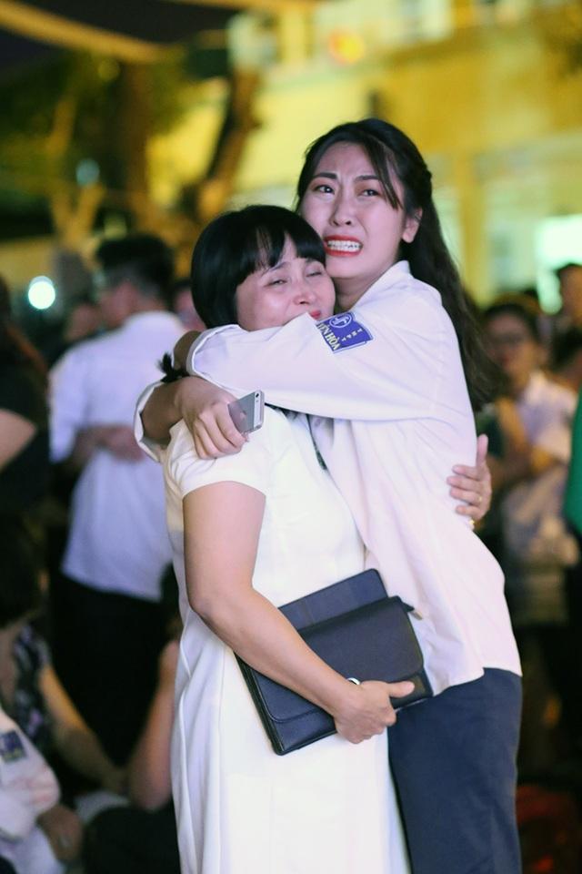 Học sinh Yên Hòa ôm chặt, khóc cảm ơn bố mẹ trong lễ tri ân - 9