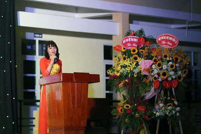 Cô Hiệu trưởng Nguyễn Thị Nhiếp dành nhiều tình cảm cho lứa học trò sinh năm 1999