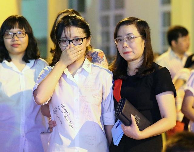 Học sinh Yên Hòa ôm chặt, khóc cảm ơn bố mẹ trong lễ tri ân - 4