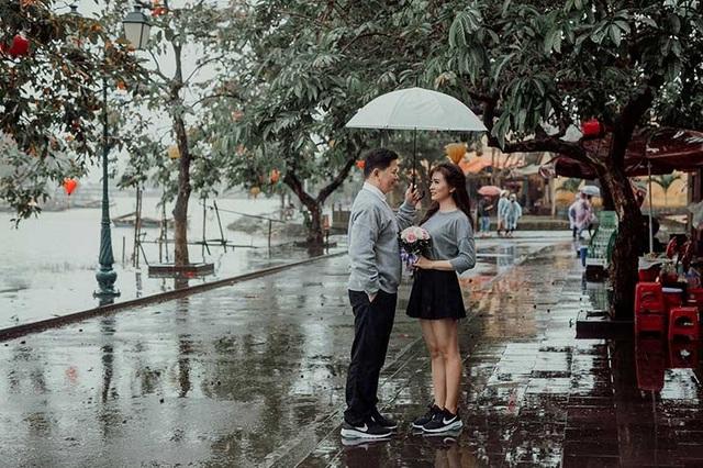 """Hào Hiệp vẫn giữ khoảng cách với cô gái mà anh """"thương thầm nhớ trộm"""", cho đến ba năm sau khi Bảo Châu chia tay mối tình ấy thì anh mới chính thức theo đuổi cô."""
