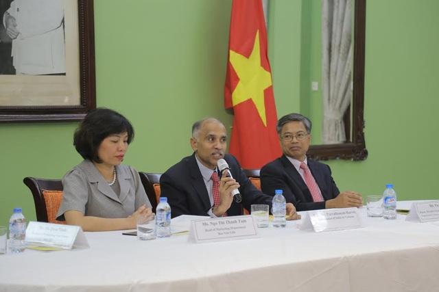 Các quan khách phát biểu trong buổi họp báo