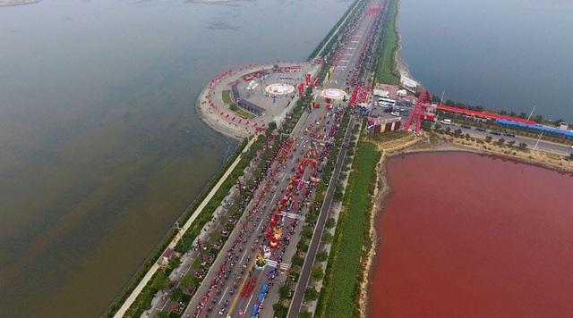 """""""Biển chết"""" ở Trung Quốc đột nhiên chuyển sang màu cầu vồng kỳ lạ - 2"""