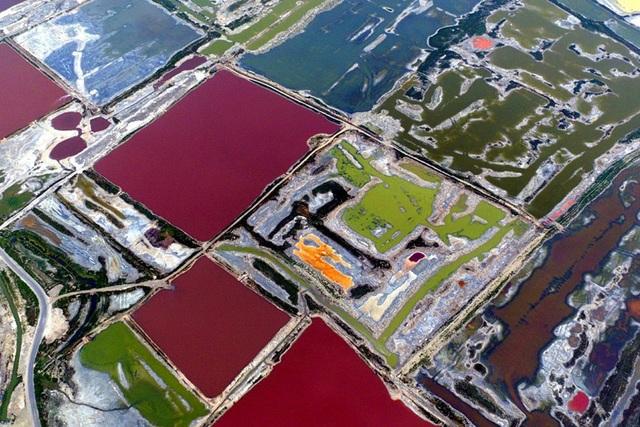 """""""Biển chết"""" ở Trung Quốc đột nhiên chuyển sang màu cầu vồng kỳ lạ - 3"""