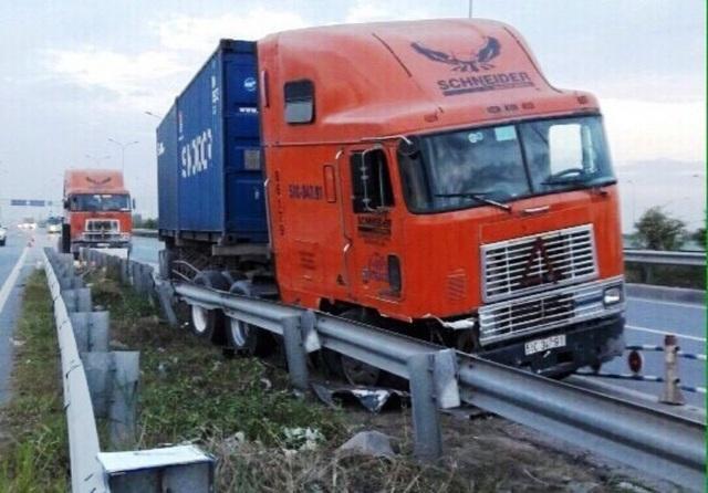 Hiện trường xe đầu kéo container mất lái, đâm vào dải phân cách thép và lao vào làn xe máy, xảy ra trên cao tốc HLD sáng sớm 19/1.