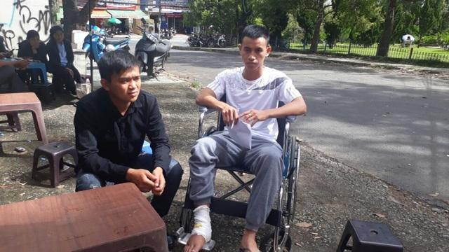 Em Lê Văn Nhựt (áo đen) là người chăm sóc, hỗ trợ Hào từ trong bệnh viện đến suốt kỳ thi