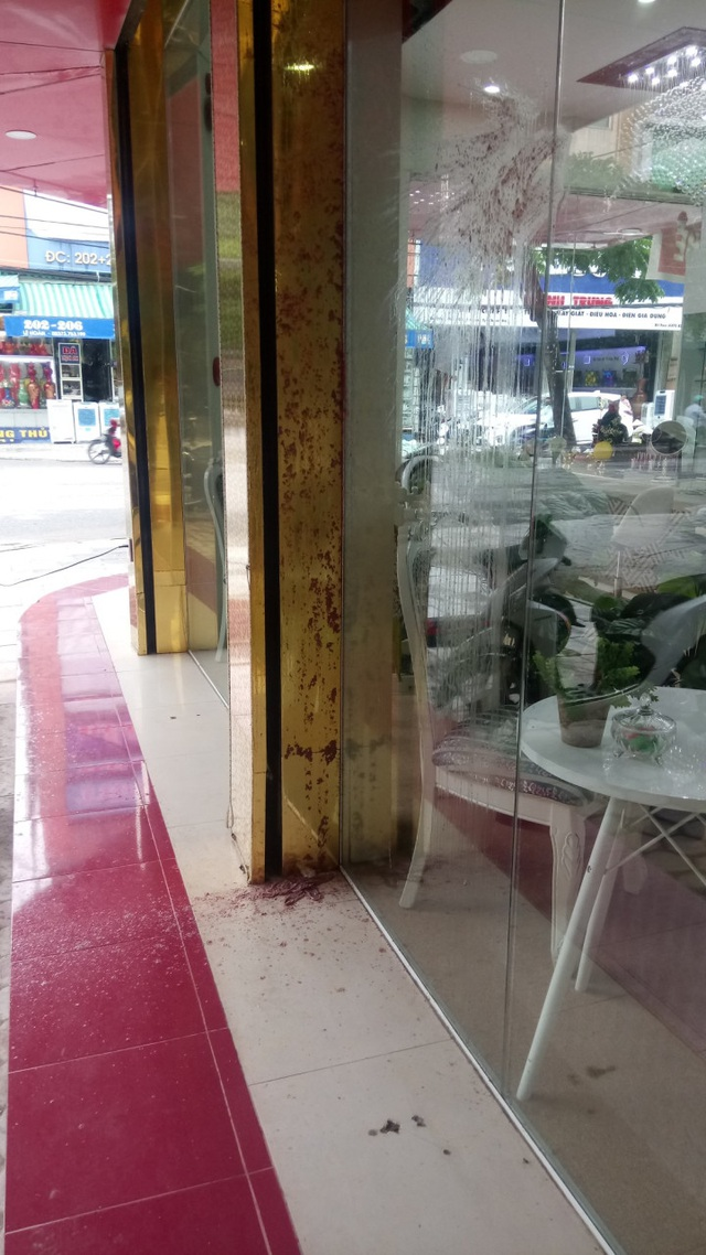 Chất bẩn và mắm tôm đối tượng lạ ném vào cửa TMV Trương Kiều Xuân trong đêm