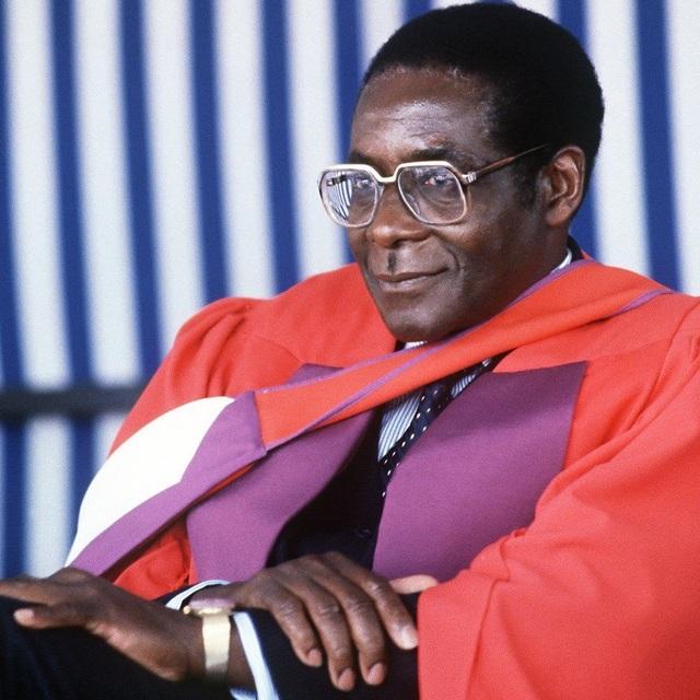 Ông Robert Mugabe (sinh năm 1924) từng tốt nghiệp trường Đại học Fort Hare, nơi mà cố Tổng thống Nam Phi Nelson Mandela từng theo học. (Ảnh: AFP)